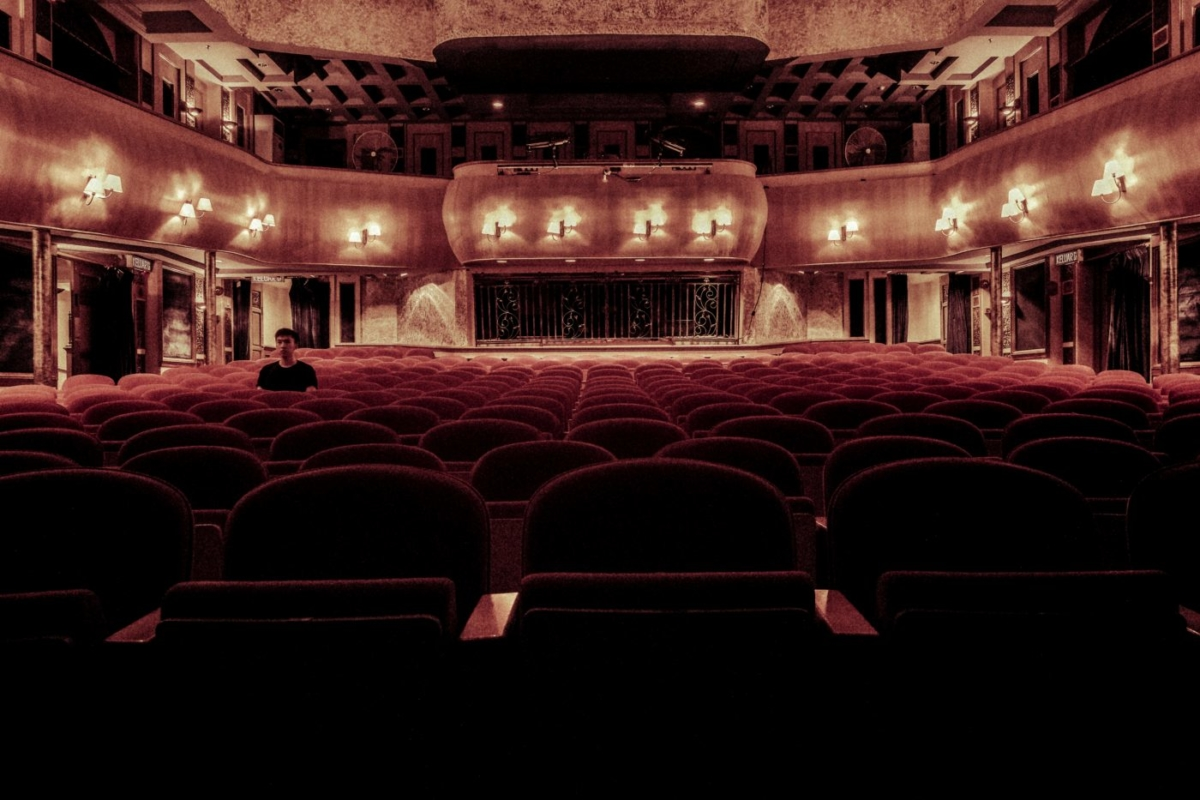 Οι τυχεροί που θα δούνε το θεατρικό «Η Παράσταση των Ηλιθίων»