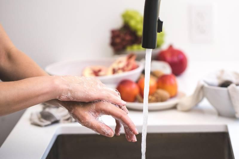 Κορονοϊός: Ποια καθαριστικά να χρησιμοποιείς στο σπίτι σου
