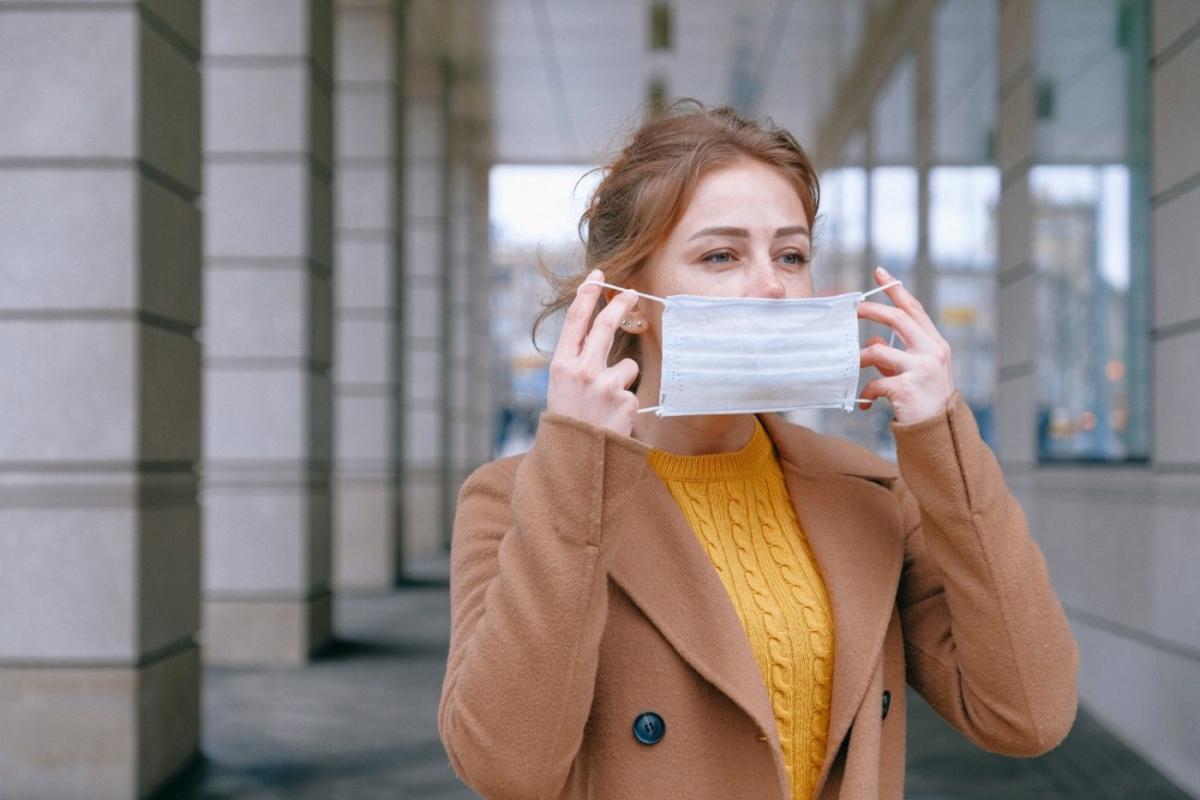 Κορονοϊός: Πώς φοράμε τις μάσκες προσώπου για να μην τις μολύνουμε
