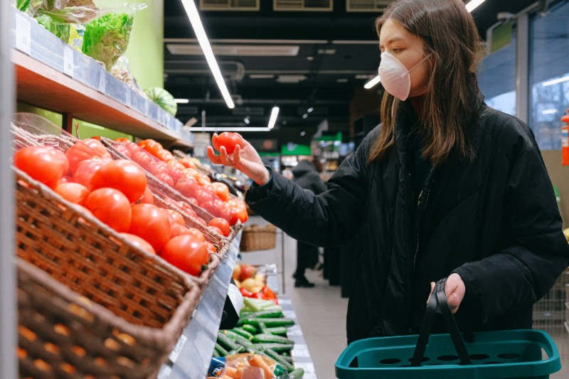 Κορονοϊός: Πρέπει να καθαρίσω τα προϊόντα που αγοράζω από το σούπερ μάρκετ;
