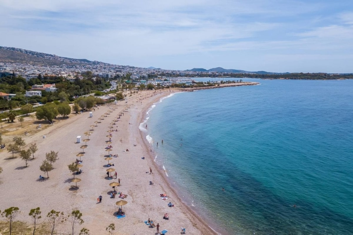 Οι παραλίες της Αττικής που κέρδισαν Γαλάζια Σημαία (και θα τις τιμήσουμε με τις βουτιές μας)