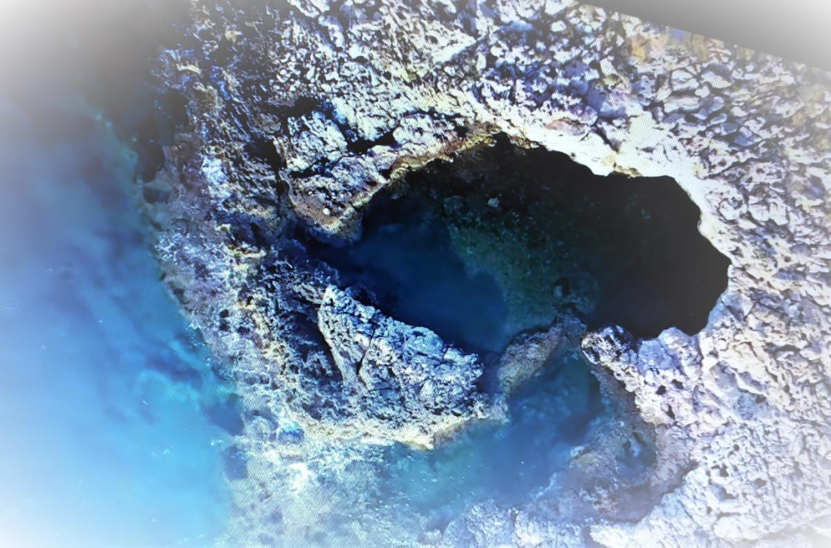 Ένα μικρό νησάκι με φυσική πισίνα βρίσκεται λίγο έξω από την Αττική