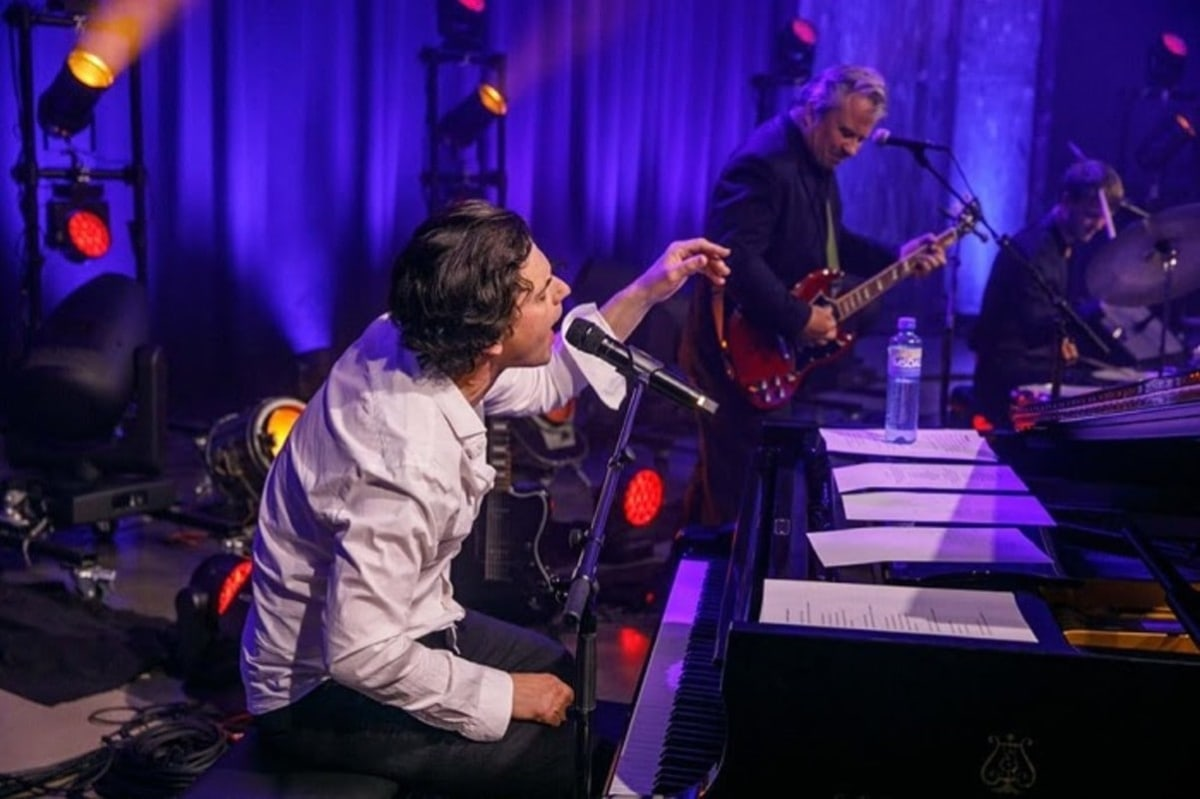 Απόψε (13/06) το βράδυ απόλαυσε τον Luke Elliot και τη μπάντα του σε ένα μοναδικό live stream