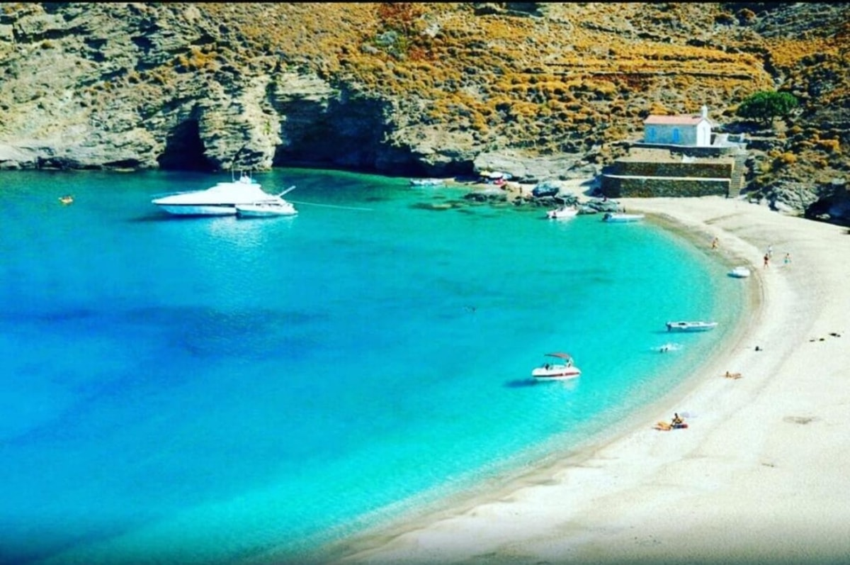 4 ελληνικές παραλίες μπήκαν στη λίστα της Mirror με τις 10 πιο πριβέ παραλίες της Ευρώπης