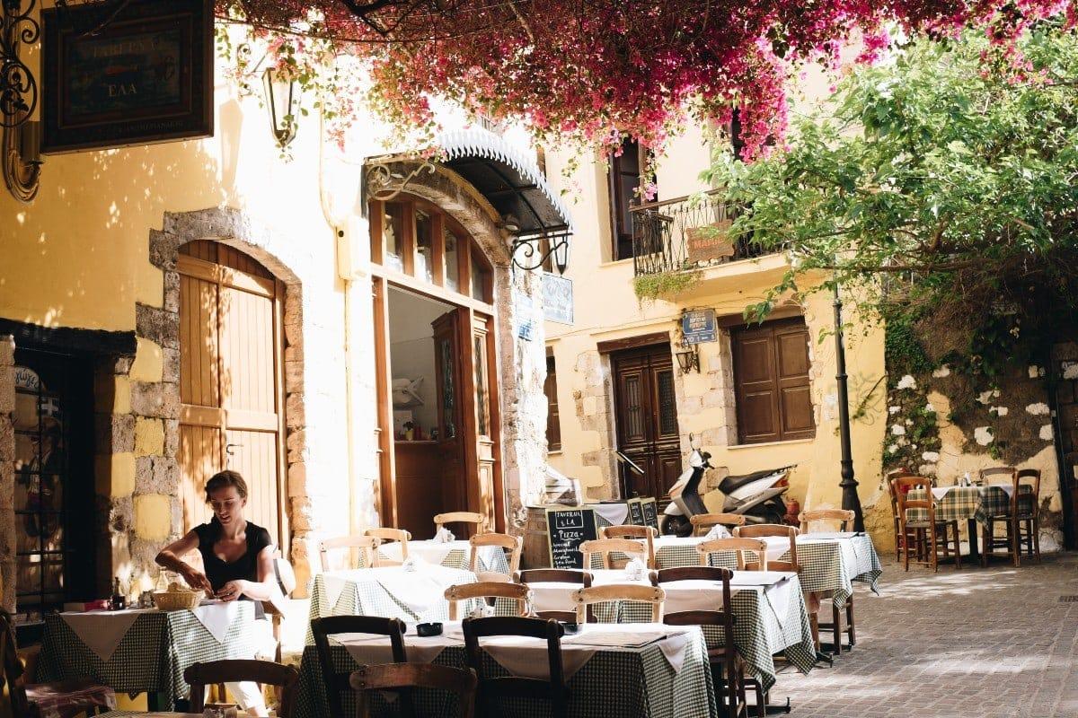Κορονοϊός: Αυτές είναι οι περιοχές στις οποίες τα εστιατόρια και τα μπαρ θα κλείνουν τα μεσάνυχτα