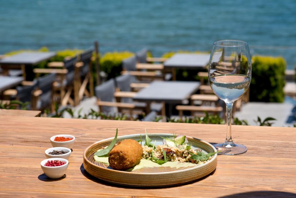 Kazba: Ένα all day bistro με θέα στη θάλασσα