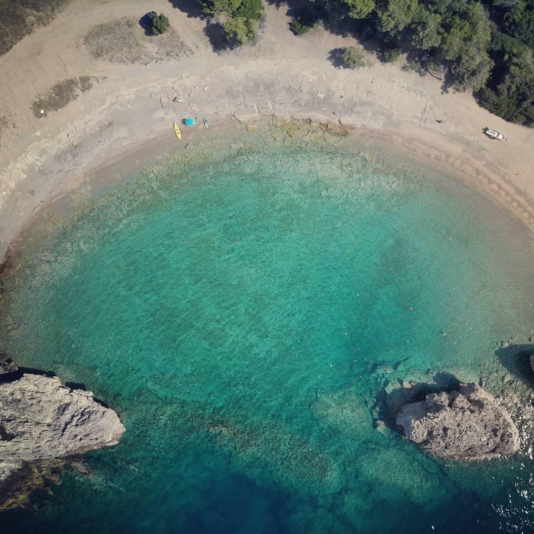"""Μυλοκοπή: Η """"διπλή"""" παραλία με τα κρυστάλλινα νερά στο Λουτράκι"""