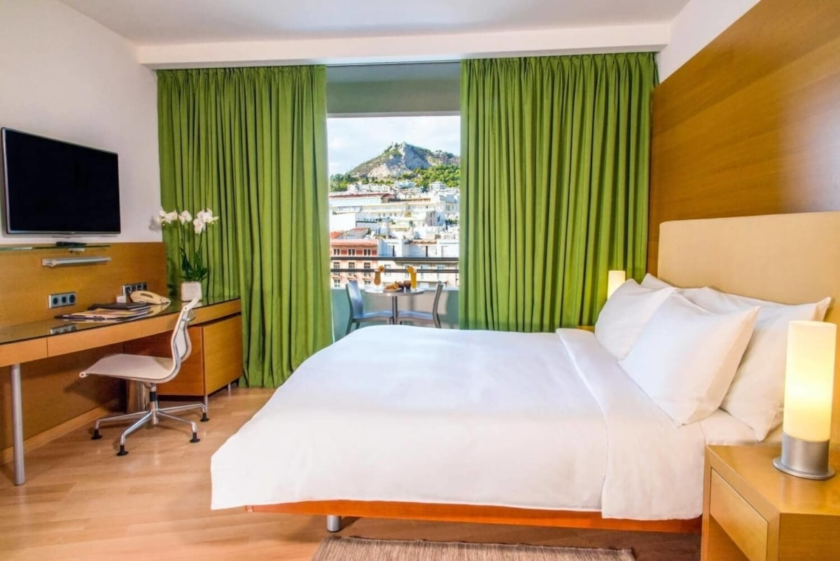 Hilton: H εορταστική προσφορά του ξενοδοχείου περιλαμβάνει διαμονή, μεσημεριανό γεύμα ή δείπνο