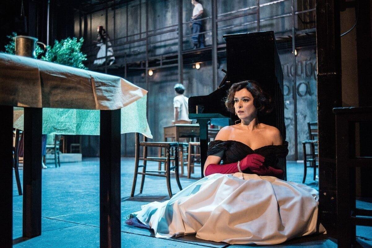 """Εθνικό θέατρο: """"Η Στέλλα με τα κόκκινα γάντια"""" σε live streaming στις 19/12"""