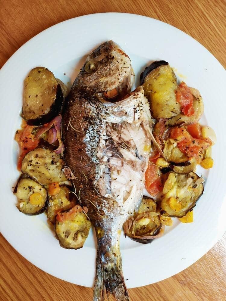 Ψάρι με λαχανικά και σάλτσα πορτοκαλιού