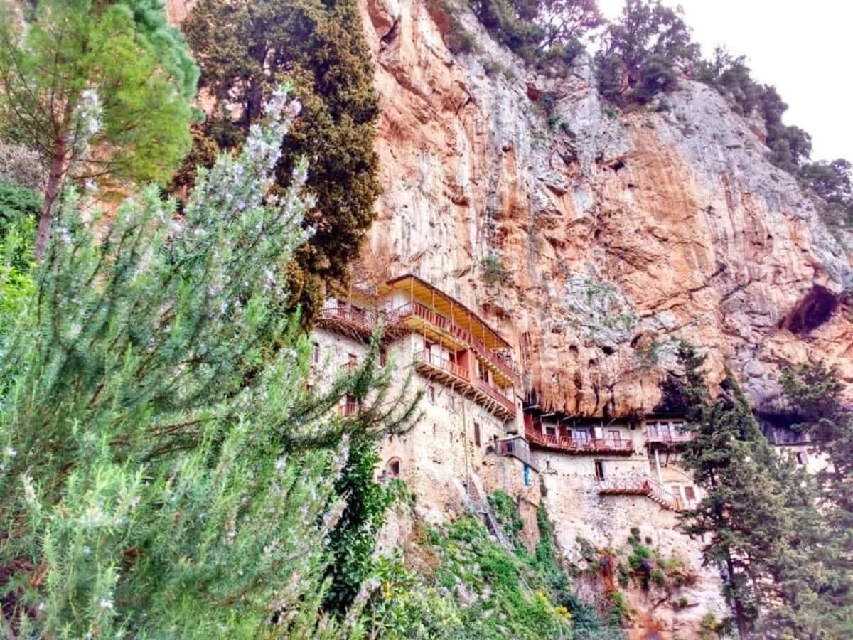 4 μοναστήρια κρεμασμένα πάνω σε βράχους