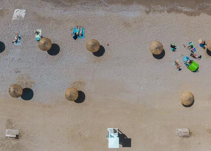 Γλυφάδα: Η νέα όψη της παραλίας για ατελείωτες βουτιές στην Αττική