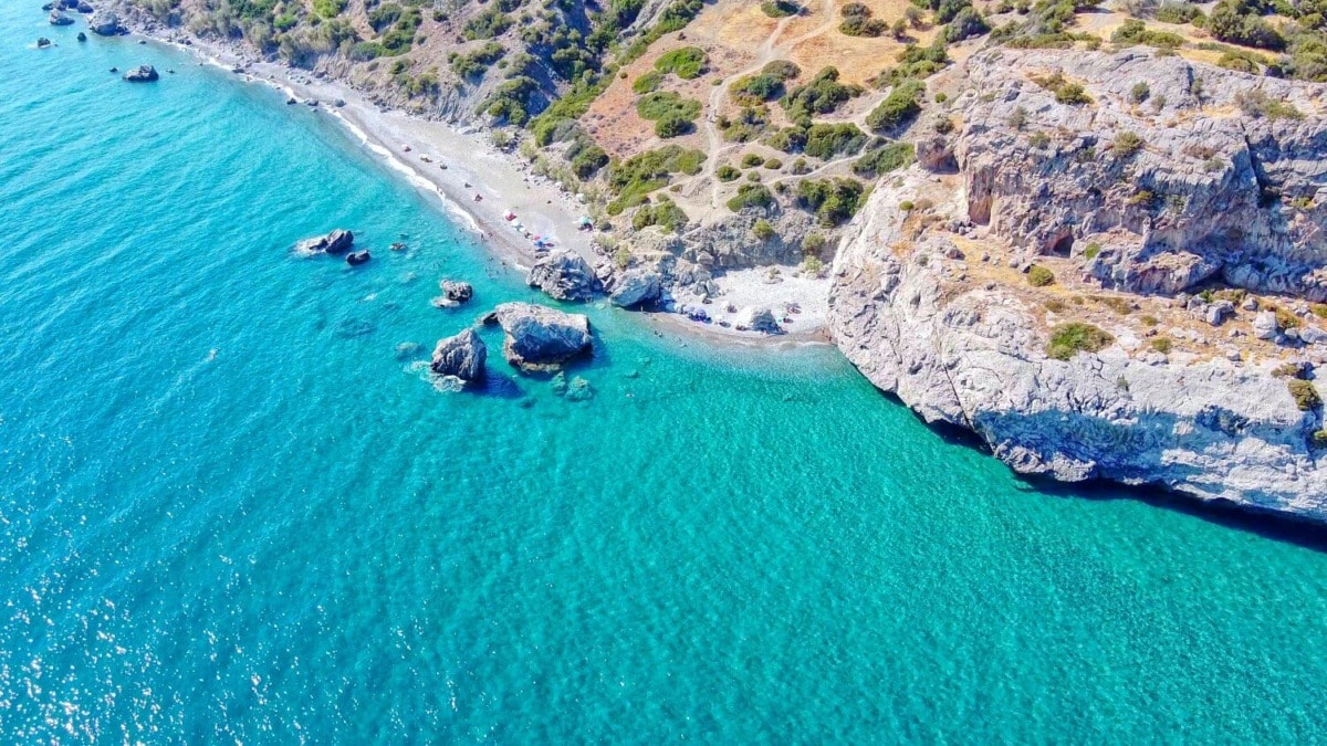 «Ληστής»: Η άγνωστη παραλία της Κρήτης με τα τιρκουάζ νερά (βίντεο)