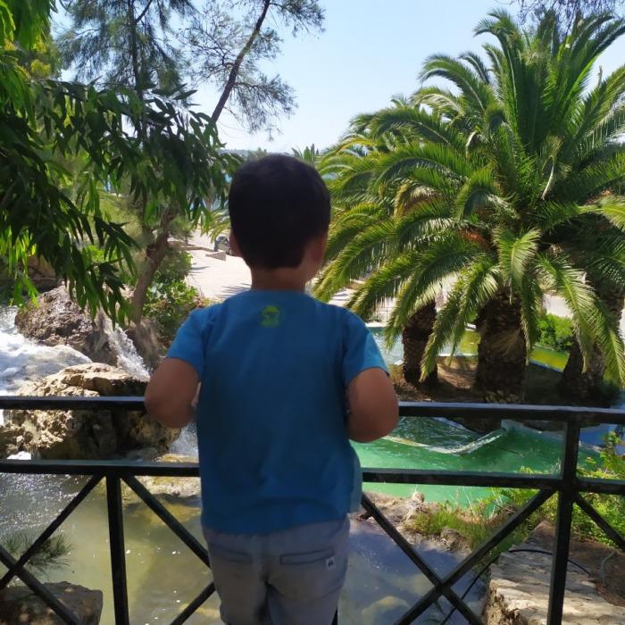 Τεχνητοί καταρράκτες, ψηλά δέντρα και βράχοι -Ένα εξωτικό μέρος σε απόσταση αναπνοής από την Αθήνα